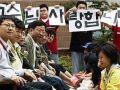 """طلاب يغسلون أقدام معلميهم في """"يوم المعلم"""" في كوريا"""