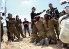 صورة 3 مجندات يركعن لقائد في جيش الاحتلال تثير الجدل في إسرائيل