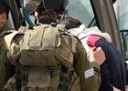 الاحتلال يعتقل ثلاثة مواطنين بينهم فتى ويصيب آخر بالرصاص المعدني في الخليل