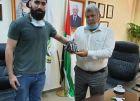 طالب فلسطيني يطور نظام قفازات إلكترونيا يحوّل حركات الإشارة إلى نصوص