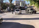 الاحتلال يعتقل شابا من شويكة ويداهم منزل شهيد في مخيم طولكرم