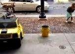 شاهد الفيديو: رجل يحول نفسه لسيارة من أجل كسب المال