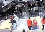 بالفيديو.. لصوص ينهبون متجر آيفون في لمح البصر!