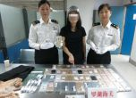 بالصور.. صينية حاولت تهريب 102 آيفون داخل ملابسها
