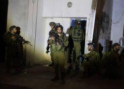 قوات الاحتلال تعتقل شابين وتقتحم جمعية شويكة الخيرية شمال طولكرم