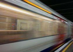 امرأة تقفز تحت قطار لتخيف زوجها !