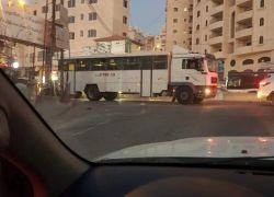 دخول حافلة لجنود احتلال الى قلنديا والشبان يرشقونها بالحجارة