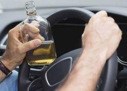 """الشرطة توقف سائقا """" 15 """" يوما بعد قيادته مركبة تحت تأثير """"الكحول """""""