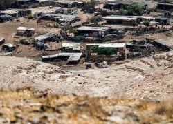 نشطاء يقيمون بيوتا من الصفيح قرب قرية الخان الأحمر المهددة بالهدم