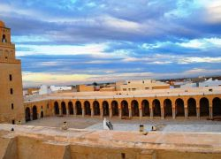 """خطأ في الآذان يثير الجدل في تونس..""""الصلاة خير من النوم"""" في آذان المغرب"""