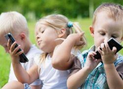 أخصائي نفسي: هذا العمر المناسب للطفل ليستخدم فيه الهاتف