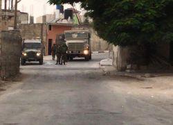 الاحتلال يقتحم ضاحية شويكة بطولكرم وتعتقل مواطن - شاهد الفيديو