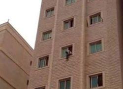 شاب مصري يلقي نفسه من الطابق الرابع - شاهد الفيديو
