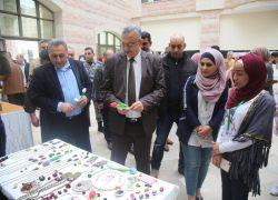 """افتتاح بازار """"مكان آمن"""" الخيري الثاني في جامعة خضوري بطولكرم .. شاهد الفيديو"""