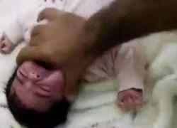 القبض على أب عذب رضيعته انتقاما من والدتها بالسعودية - شاهد الفيديو