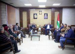 محافظ طولكرم عصام أبو بكر يستقبل وفداً من التجمع الوطني لأسر الشهداء