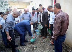 محافظ طولكرم عصام أبو بكر يؤكد على أهمية إطلاق المبادرات الذاتية والمؤسساتية لتنظيم عمل تطوعي للنظافة وزراعة الأشجار