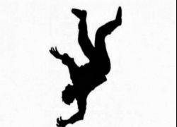 اصابة فتى بجروح حرجة جراء سقوطه عن علو في طولكرم