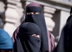الجزائر تحظر ارتداء التقاب في اماكن العمل