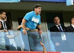 """""""الفيفا"""" يطالب مارادونا بالهدوء واحترام المنافسين أثناء تواجده بالمدرجات"""
