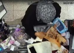 """شاهد : سيدة تسرق محل هدايا في """"عمان """" عن طريق التنويم المغناطيسي !"""
