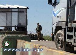 سائقي شاحنات نقل البضائع يلتزمون بالإضراب على معبر الطيبة جنوب طولكرم