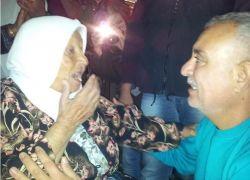 """وحيدة منذ 28 عاماً.. والدة أسير محرر: """"الآن صار عندي ابن"""""""