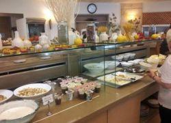 القناة العاشرة ترصد النظافة والطعام في فنادق اسرائيل
