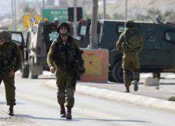 الاحتلال يجبر أربعة شبان من عزون على خلع ملابسهم في العراء