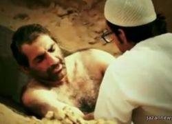 شيخ إماراتي يدفن نفسه بقبر ليجرب وحشة القبر - شاهد الفيديو