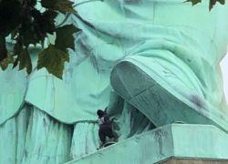 """امرأة تتسلق """"تمثال الحرية"""".. وترعب نيويورك"""