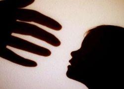 صورة : أم تعذّب طفلها… تطفئ السجائر في يده