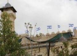 مستوطنون يرفعون أعلامًا إسرائيلية على جدران الحرم الإبراهيمي