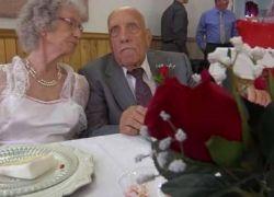 شاهد الفيديو : رجل بعمر 95 عاماً يتزوج عروساً في الـ81 من عمرها
