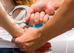 الشرطة تقبض على سيدة استغلت ابنتها لارتكاب أعمال سرقة