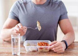 هل يضر شرب الماء أثناء تناول الطعام حقاً؟