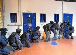 """قوات القمع تقتحم قسم 3 في """"عسقلان"""""""