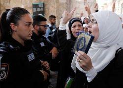 الاحتلال يعتقل سيدة مقدسية وابنتها من المسجد الاقصى