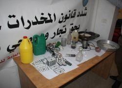 شرطة طولكرم تضبط مختبر يستخدم لتحضير مادة (الجي جي) المخدره وتقبض على 3 أشخاص