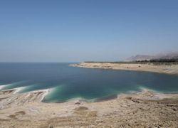 مئات المستجمبين يخرجون من البحر الميت بعد ظهور بقعة سوداء