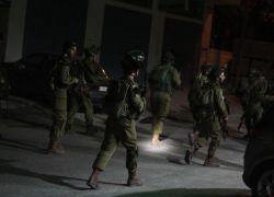 الاحتلال يعتقل 11 مواطنا بالضفة ويستهدف الصيادين بغزة