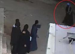 بالفيديو: أب يقتل ابنه أمام والدته في الشارع