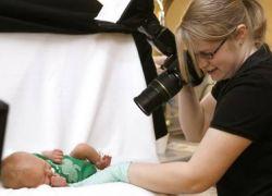 هل يؤدي فلاش الكاميرا إلى إصابة الطفل بالعمى؟ دراسة تكشف الحقيقة