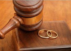 رفضت حذف تعليقها على منشور فكان الطلاق بانتظارها