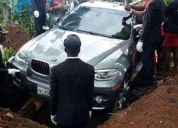"""نيجيري ثري يدفن والده بسيارة فاخرة من طراز """"BMW """""""