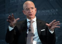 أغنى رجل في العالم يخسر 7 مليارات دولار بجرّة قلم