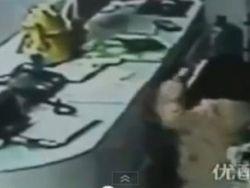 طفلة صينية في العاشرة تسرق بمساعدة والدتها الحامل - شاهد الفيديو