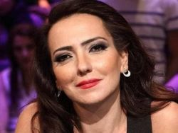 الفنانة السورية أمل عرفة تفاجأ جمهورها باعلان اعتزالها الفن