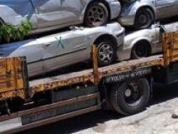 الشرطة تتلف مركبات ودراجات نارية غير قانونية في طولكرم