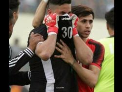 تضامن عالمي مع دموع حارس مرمى عراقي أخفى فاجعة عن فريقه حتى نهاية المباراة